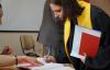 Мантия бакалавра с жёлтым галстуком и шапочкой